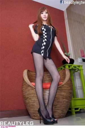 Lucy黑丝短裙高挑诱人写真