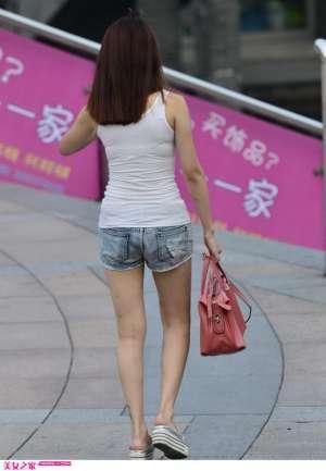 街拍90后牛仔热裤苗条女生组图