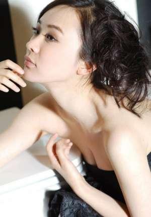霍思燕裸背妩媚写真展露好身材