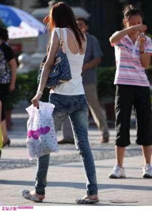 街拍苗条牛仔裤美女露背背影图片