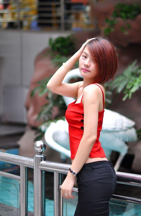 短发美女个性翘臀街拍时尚写真-YY美图大全