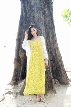 素颜美女妲己_Toxic黄色吊带裙靓丽旅拍海滩写真
