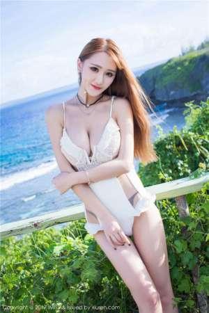 当红炸子鸡美女妤薇Vivian销魂泳装美腿玉足写真