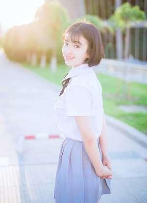 短发学生妹子小清新校服甜美可爱户外摄影写真