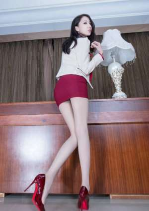 肉丝美腿女秘书红色包臀裙翘臀性感写真