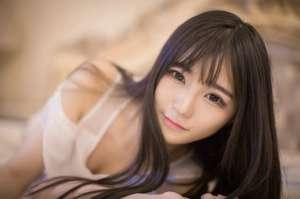 柔美少女床上低胸裙肤泽透亮性感美裙诱惑写真