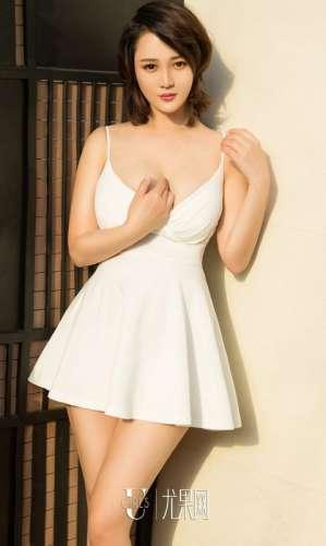 尤果网美女Jona低胸短裙写真巨乳诱人