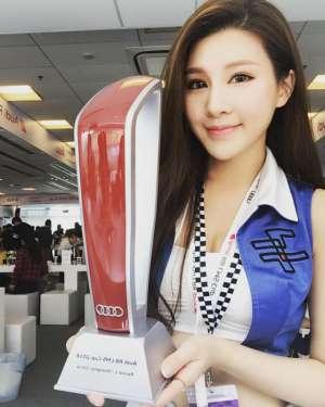 台湾美女车模爱语莎低胸诱人自拍照
