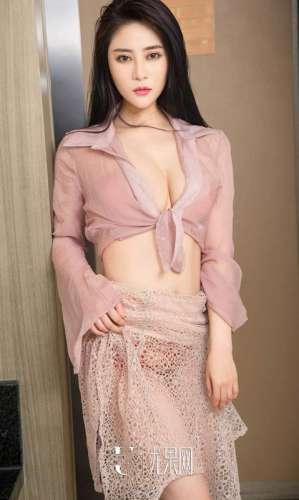 性感美女李米薇低胸装写真巨乳诱惑