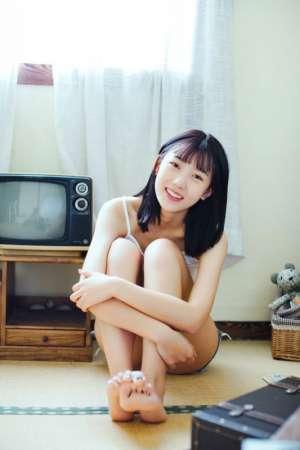 甜美女孩私房迷人笑容美腿玉足写真