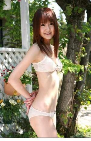 日本比基尼嫩模户外性感写真