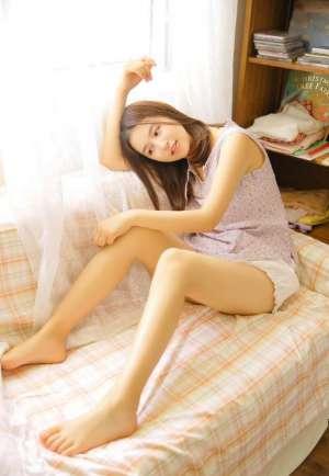 恬静气质女孩性感纤细美腿诱惑大胆内衣写真