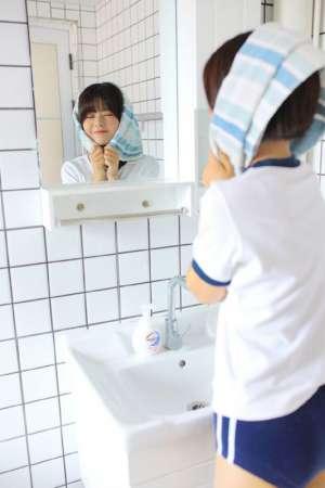 卫生间美女元气少女性感白色校服诱惑图片