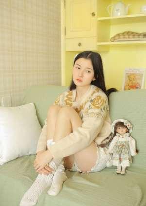 五官清秀美女居家长腿翘臀清纯氧气唯美写真图片