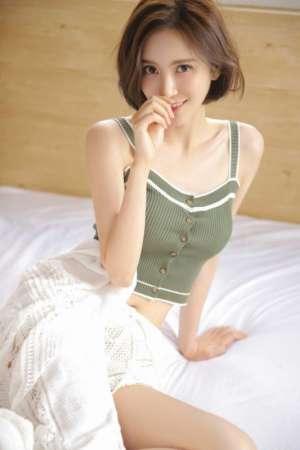轻熟美女吊带内衣低胸美乳大胆床上姿态妩媚写真