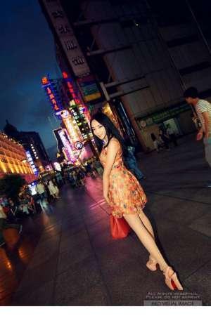 气质街拍美女夜幕显好身材
