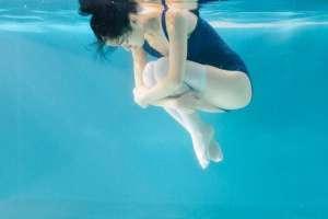 深海女孩湿身连体内衣白丝氧气白嫩写真