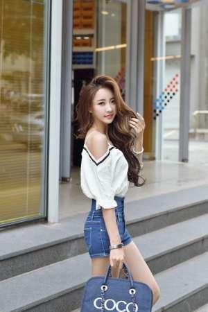 绝美模特美女牛仔热裤性感美腿时尚街拍写真