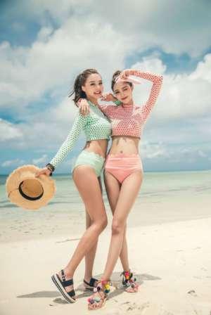 高颜值美女姐妹海滩比基尼火热双飞大胆人体写真