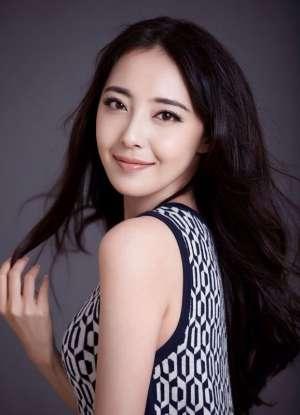 演员米露清新白裙迷人写真照