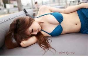蓝色比基尼美女户外性感写真照