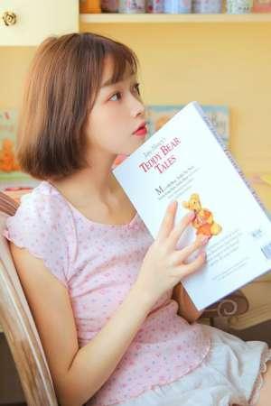 短发萌妹粉嫩室内吃草莓养眼清新写真