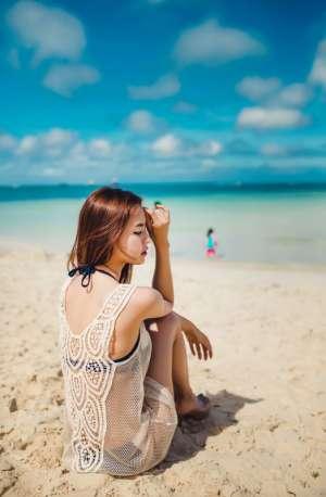 性感美女金沙海滩中镂空比基尼火辣美腿写真