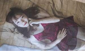 睡衣少妇吊带香肩大尺度对着镜子双腿张开揉玉腿写真