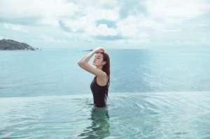 湿身泳衣美女性感撩人丰腴曲线养眼图片
