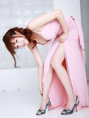 日本模特森下悠里演绎粉裙酥胸诱惑