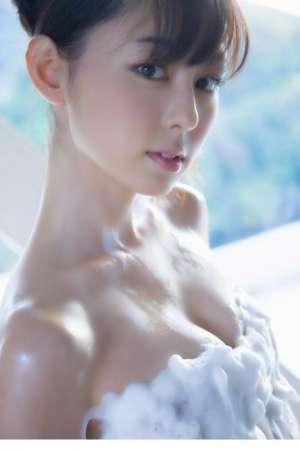 日本美臀嫩模秋山莉奈制服诱惑写真