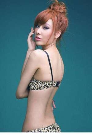 豹纹内衣美女秀长腿写真