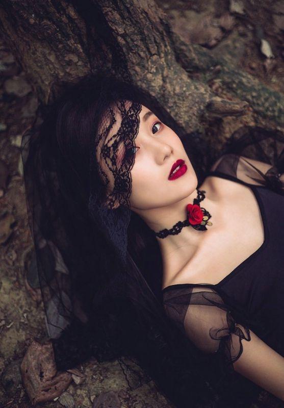 冷艳神秘红唇美女御姐森林系个人写真艺术性感图片