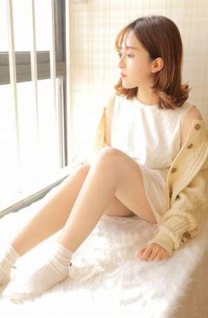 清纯美女嫩模镂空衫大长腿娇艳诱惑私房写真
