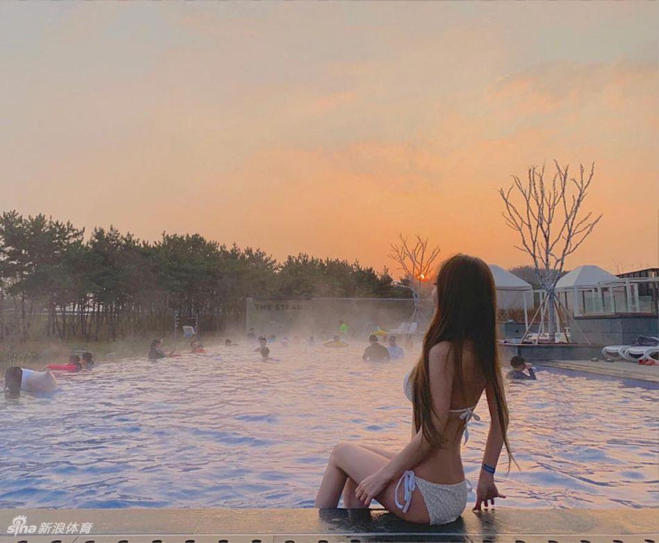 网红美女在云雾缭绕海边秀好身材