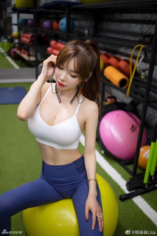 小姐姐用运动练出完美身材!