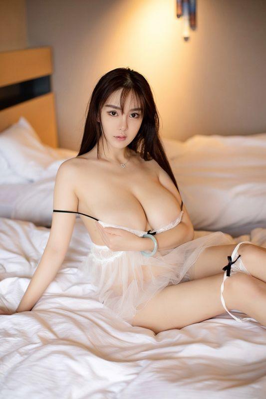 爆乳女神易阳白嫩双峰分外香艳惹火[44P]