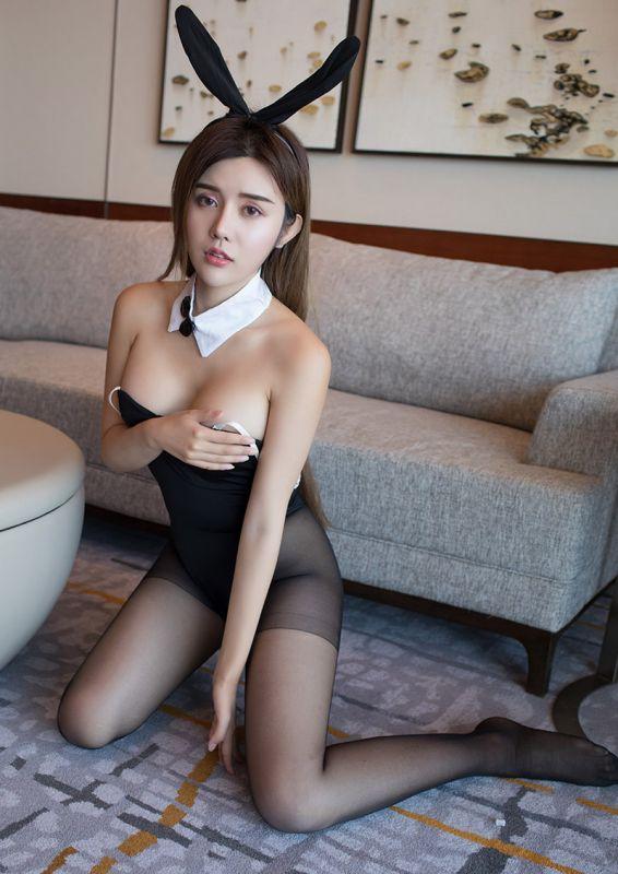 穿着制服的性感妹子在沙发上的诱惑[30P]