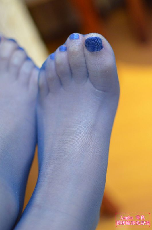 蓝色丝袜美腿丝足 写真套图