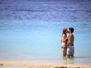 饥渴男女水中做爱上演湿身诱惑