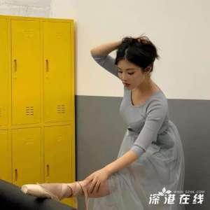 徐冬冬芭蕾薄纱舞裙秀美腿 挽发俯身绑鞋带身姿尽显