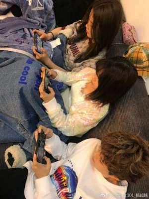 杨超越晒火箭少女打游戏 网友:网瘾少女有空就偷玩