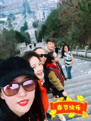 刘亦菲晒照庆新年 妈妈肤如凝脂气质出众超抢镜 网友:基因强大