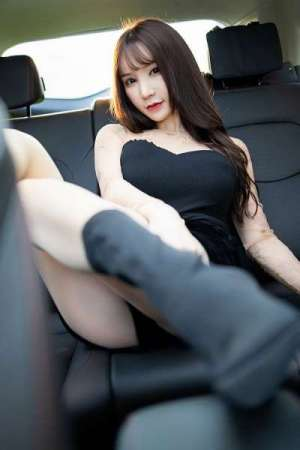 长腿女神周于希肉丝长靴车内露美臀