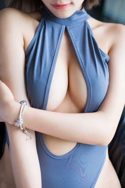 宅男女神杨晨晨真空开胸酥胸翘臀夺目诱人