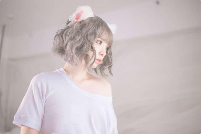 白嫩妹子cos超萌白猫写真