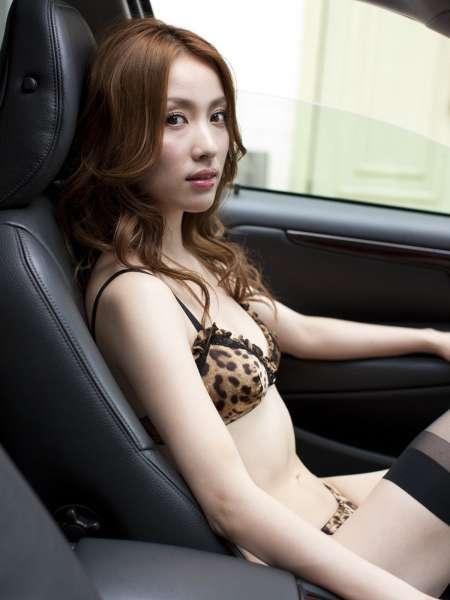 豹纹内衣尤物在车里就地正法