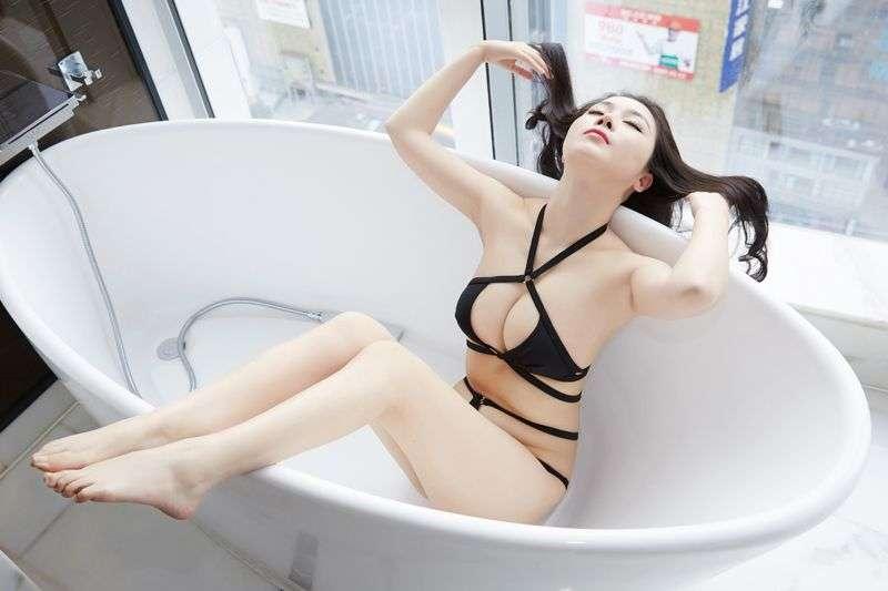 爆乳白皙美女萱萱浴缸里的诱惑