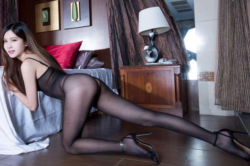 超薄黑丝美女透视秀白色胸罩性感迷人写真