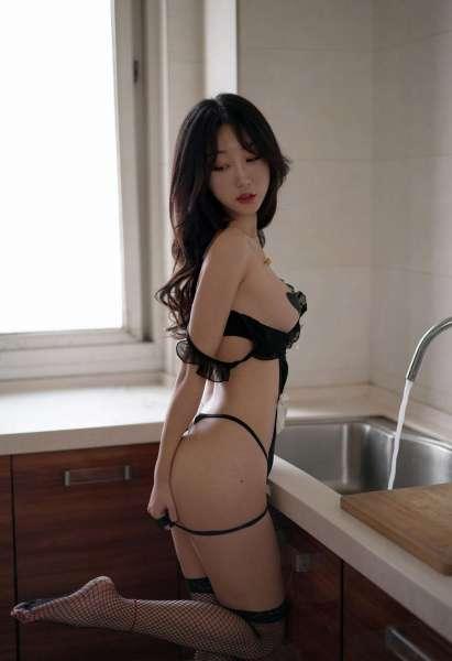 厨房里娇滴滴的黑色女仆装模特